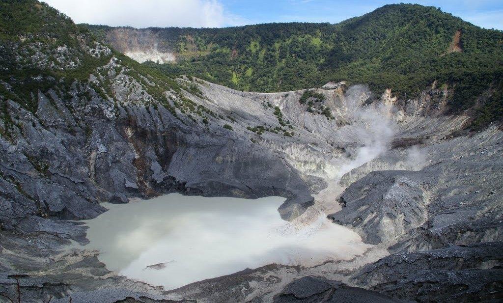 gunung tangkuban perahu adalah tempat wisata di lembang bandung
